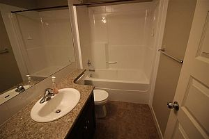 City residential room for rent in South Edmonton (find roommate), room for rent.  Photo 10