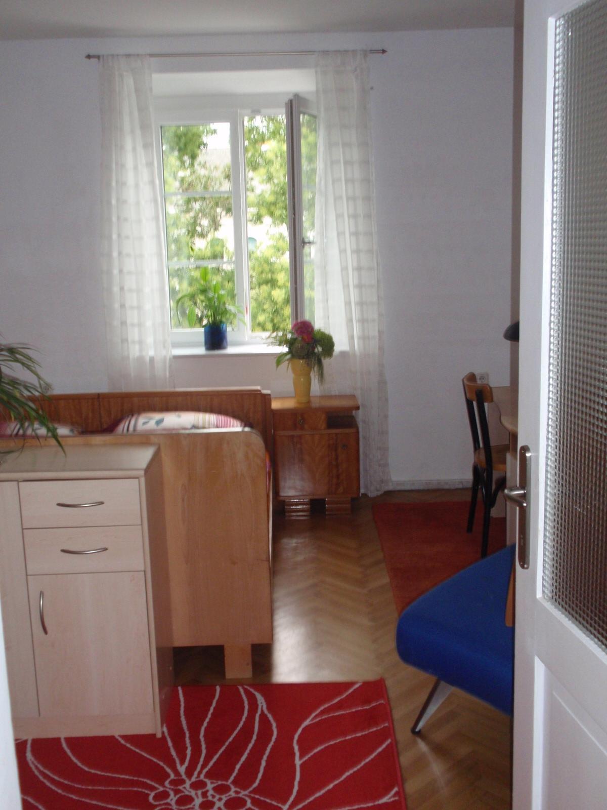 sch ne und gro e zimmer in einer wohngemeinschaft. Black Bedroom Furniture Sets. Home Design Ideas