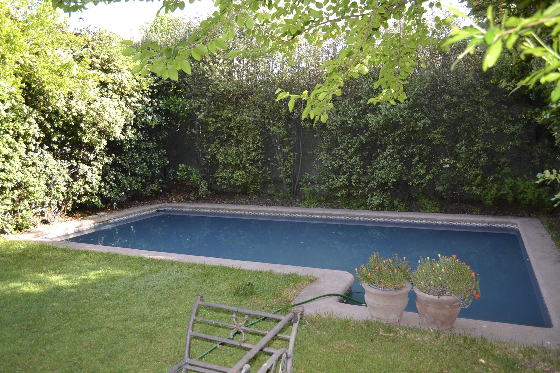 Arriendo pieza con ba o privado casa con piscina gabinohome for Patios interiores con piscina